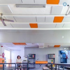 Paneles acústicos ruido insonorización restaurante colegio comedor