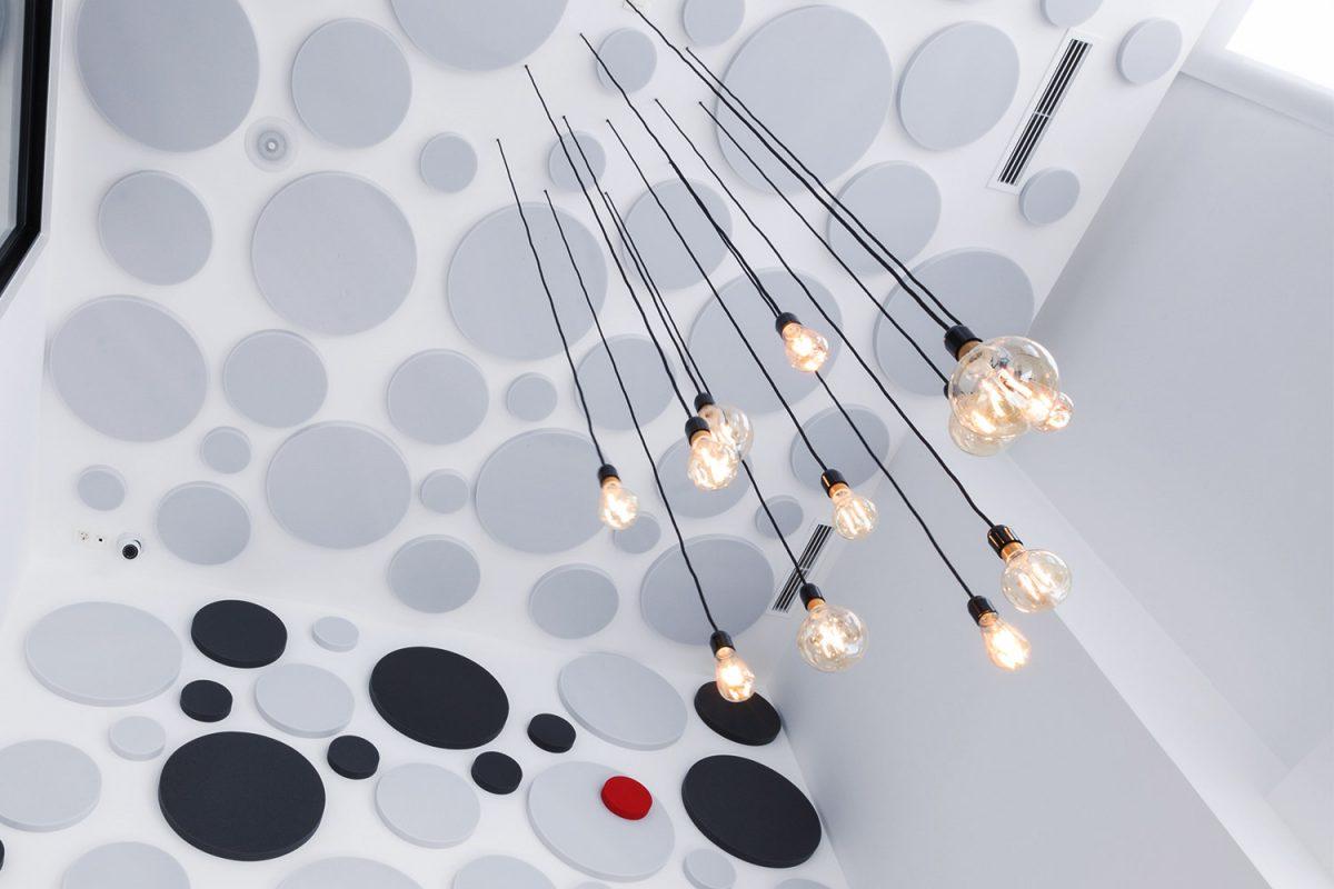 Paneles acústicos circulares de colores, ejemplo de ideas de decoración y acústica - sineco.